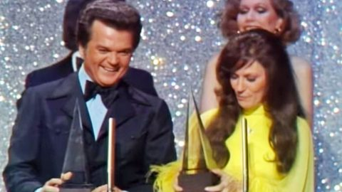 "Conway Twitty and Loretta Lynn Humbly Accept ""Favorite Country Group"" (1975 AMAs) (VIDEO) 