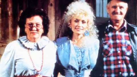 Dolly Parton Recalls Shattering Story Of Her Father That Brought Tears To Her Eyes   Country Music Videos