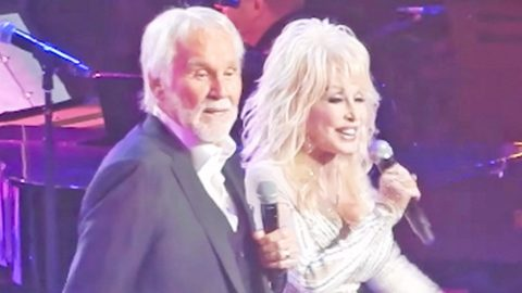 One Last Time: Kenny Rogers And Dolly Parton Perform 'Islands In The Stream' At Farewell Concert | Country Music Videos