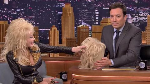 Dolly Parton – Jimmy Fallon Tries on Her Wig (VIDEO) | Country Music Videos