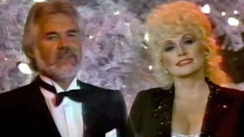 Dolly Parton and Kenny Rogers – White Christmas (WATCH) | Country Music Videos