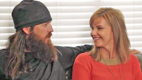 Jase And Missy Robertson Sing Flirty Version Of 'Baby, It's Cold Outside' | Country Music Videos