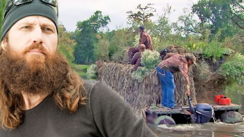 You'll Be Surprised At What Jase And The Boys Make A Duck Blind Out Of | Country Music Videos