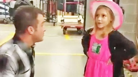 Country Star Invites Tiny Cowgirl To Join Him For An Adorable Backstage Duet   Country Music Videos