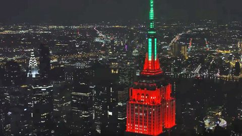 Blake & Gwen's Christmas Duet Perfectly Synced To Empire State Building Light Show | Country Music Videos