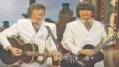 The Everly Brothers Put Unique Spin On Merle Haggard's 'Mama Tried' | Country Music Videos