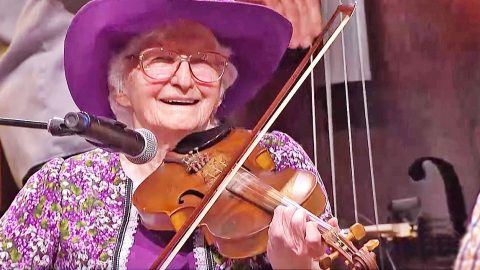 99-Year-Old Fiddler Player Blows Everyone Away With Opry Performance | Country Music Videos