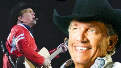 Garth Brooks Leaves The Crowd In Awe With Acoustic Rendition Of 'Amarillo By Morning' | Country Music Videos