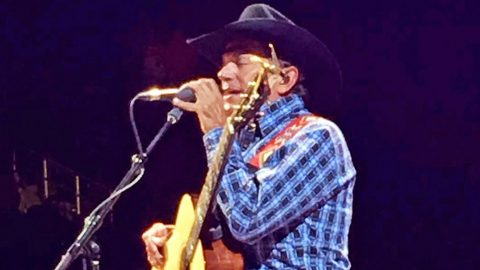 George Strait Makes Fans Go Wild With Surprise Duet At Vegas Concert | Country Music Videos