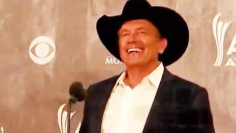 """George Strait Happily Accepts 2014 """"Entertainer of the Year Award"""" (WATCH) 
