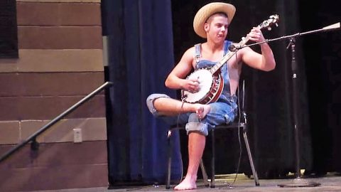 'Hillbilly' Stuns The Audience With Impressive Banjo-Playing Skills | Country Music Videos