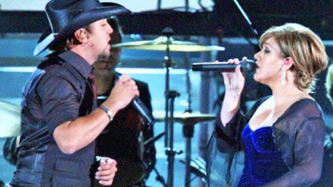 Jason Aldean And Kelly Clarkson Perform Their Heartbreaking Duet 'Don't You Wanna Stay' | Country Music Videos