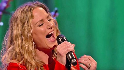 Jennifer Nettles' Powerful Voice Shines In Astonishing 'O Holy Night' Performance | Country Music Videos