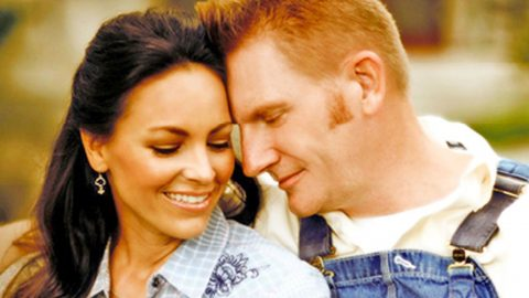 Joey Feek Shares Photo Of Heartwarming Embrace With Her Daughters | Country Music Videos