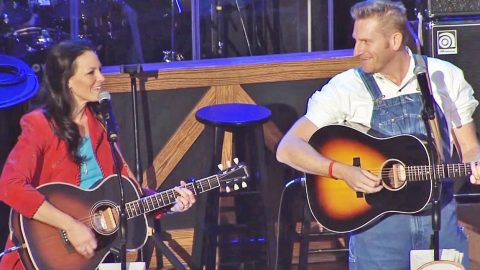 Joey Feek's Smile Lights Up The Opry While Singing 'Play Me The Waltz Of The Angels' | Country Music Videos