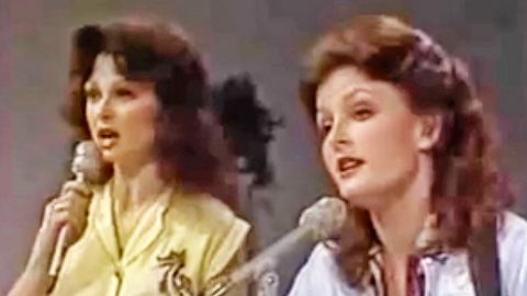 "Undated Footage Captures The Judds' ""Coat Of Many Colors"" Cover 