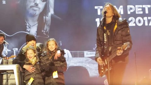 Keith Urban's Daughters Make Rare Public Appearance During 2017 Tribute Performance | Country Music Videos