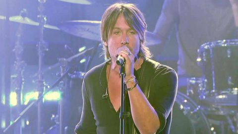 """Keith Urban performs """"Even The Stars Fall For You"""" on American Idol (WATCH) 