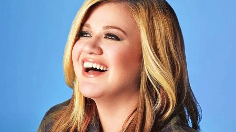 [WATCH] Kelly Clarkson Forgets The Lyrics To Her Own Songs, Handles It Like A Pro | Country Music Videos
