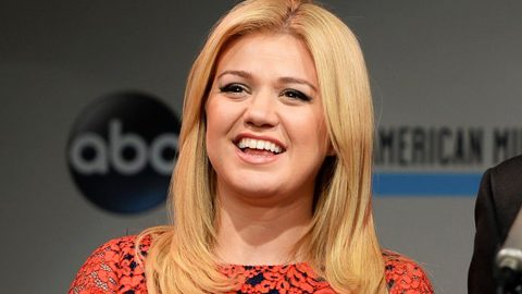 Kelly Clarkson Jolts Waiting Fans With Breakthrough Announcement | Country Music Videos