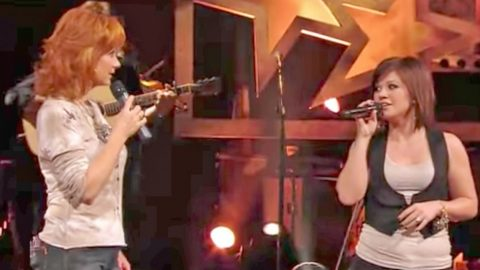 Kelly Clarkson Joins Reba McEntire For Riveting Rendition Of 'Does He Love You' | Country Music Videos
