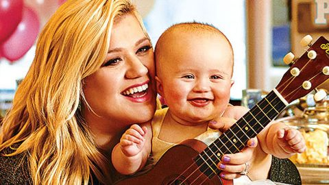 Kelly Clarkson Shares Special Moment With Daughter   Country Music Videos