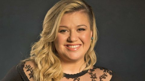 You Won't Believe How Much Kelly Clarkson's Baby Boy Resembles Her | Country Music Videos