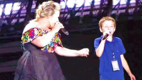 "Kelly Clarkson Invites Young Son Onstage For ""Uptown Funk"" Mash-Up, And It's Adorable! 