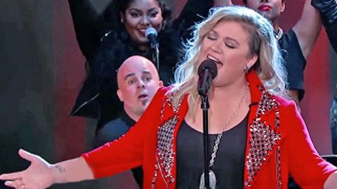 Kelly Clarkson Makes Surprise Appearance To Sing One Of Garth Brooks' Biggest Hits | Country Music Videos