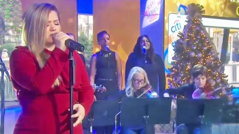 Kelly Clarkson Fights Tears During Emotional Performance Of New Song | Country Music Videos