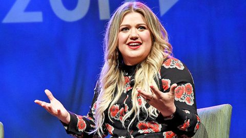 Kelly Clarkson Makes Fun Of Blake Shelton In Hysterical Interview | Country Music Videos