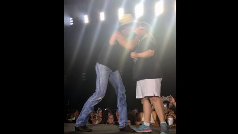This Kenny Chesney Fan Gets The Kiss Of A Lifetime, And It Couldn't Be Sweeter! | Country Music Videos