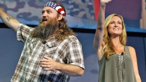 Willie And Korie Robertson Sing Hilarious Duet In Front Of Sold-Out Crowd | Country Music Videos
