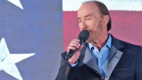 Lee Greenwood Electrifies With 'God Bless The USA' At Donald Trump's Inauguration | Country Music Videos