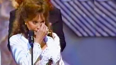 Emotional Loretta Lynn Is Brought To Tears During Award Acceptance | Country Music Videos
