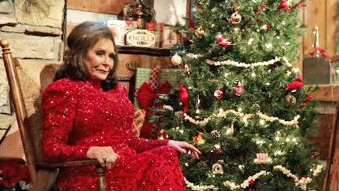 loretta lynn celebrates a country christmas in festive clip for highly anticipated album - A Country Christmas