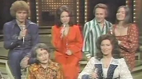 In 1976, Loretta Lynn & Siblings Sang 'The Great Titanic,' A Song Their Mother Taught Them   Country Music Videos