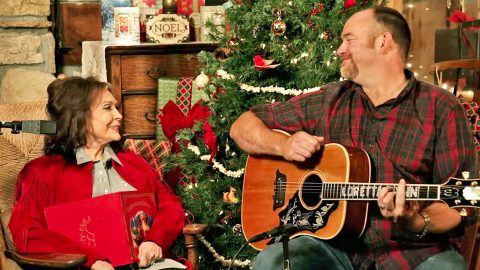 Loretta Lynn Is Lovable As Ever Singing 'Country Christmas' With John Carter Cash On Guitar | Country Music Videos