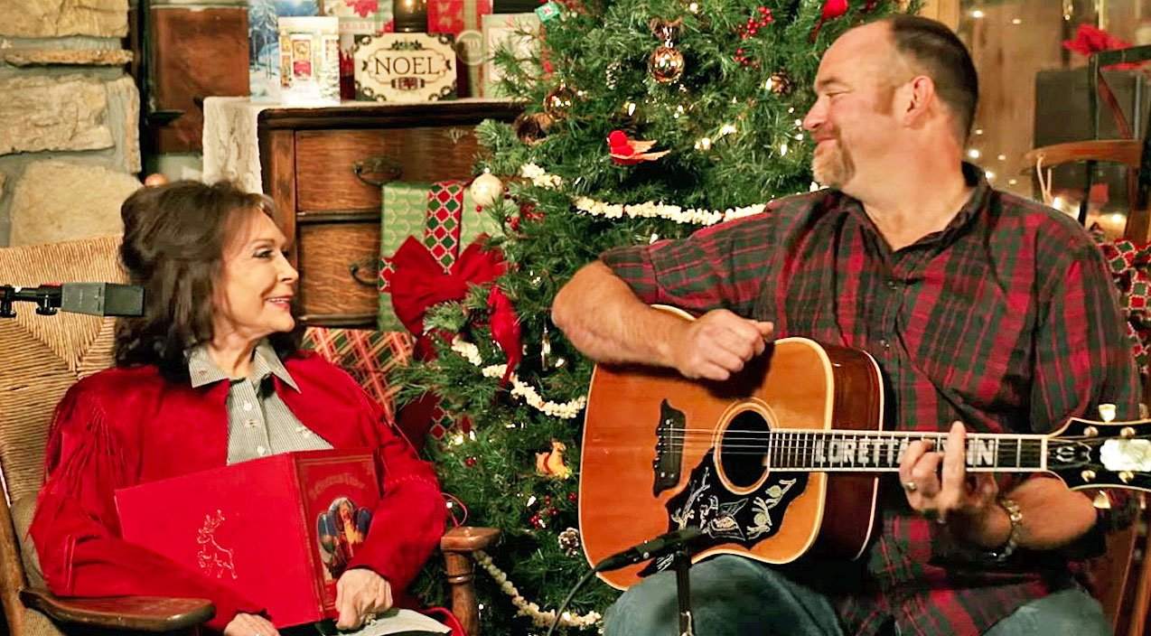 Loretta Lynn Is Lovable As Ever Singing \'Country Christmas\' With ...