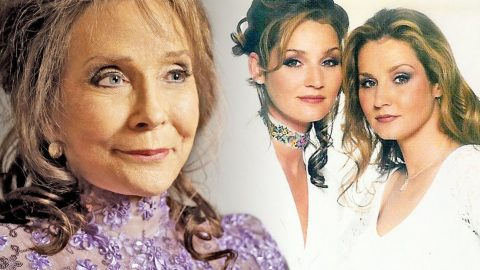 Loretta Lynn's Daughters, The Lynns, Give A Fiery Performance Of Their Hit Song 'Woman To Woman' | Country Music Videos