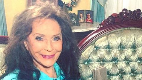 Loretta Lynn Shares First Photos Of Herself Since Suffering A Stroke | Country Music Videos