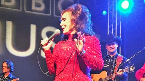 Will Loretta Lynn Return To The Stage After Breaking Her Hip?   Country Music Videos