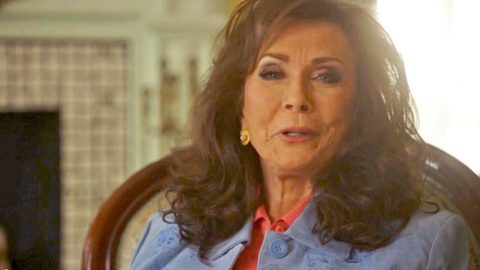 A Fan Snuck Into Loretta Lynn's Dressing Room, And You Won't Believe Her Reaction!   Country Music Videos