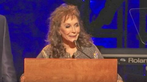 Loretta Lynn Returns After Stroke To Deliver Moving Speech Honoring Alan Jackson | Country Music Videos