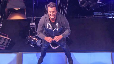 Luke Bryan Falls To The Floor In Hilarious Game On 'The Ellen Show' | Country Music Videos