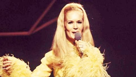 Lynn Anderson Delights With Crowd-Pleasing Performance Of 'Heartbreak Hotel' | Country Music Videos
