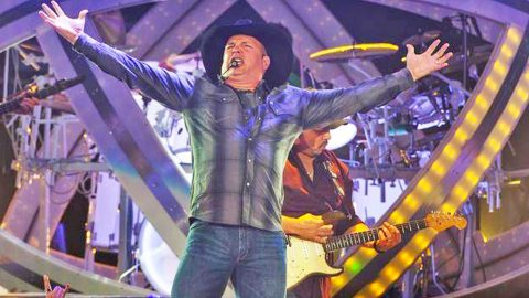 Garth Brooks Interrupted His Concert For One Insane Reason   Country Music Videos