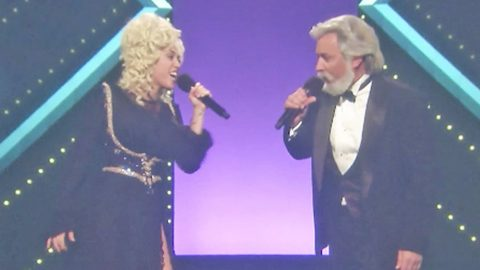 Jimmy Fallon And Miley Cyrus Dress Up As Kenny & Dolly For 'Islands In The Stream' Duet | Country Music Videos