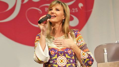 Missy Robertson And Surprise Celebrity Guest Sing Angelic Version Of 'Amazing Grace'   Country Music Videos