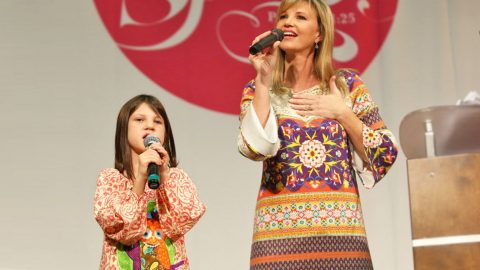 Mia Robertson, And Mom Missy, Sweetly Sing And Worship With 'Revelation Song' | Country Music Videos